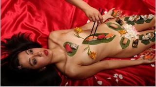 Du lịch Nhật -  Ăn sushi trên cơ thể người phụ nữ